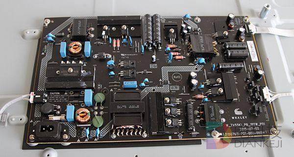 左侧的电路板布局要比右侧的杂乱,电容质量也更加
