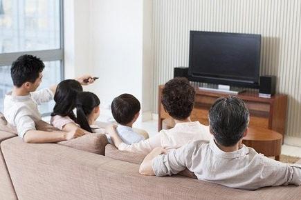 """导读:8K电视作为一个未来的趋势,电视内容不足、硬件生态体系不完善以及陷入盲目大屏化,这几种现象是8K最大的困境。不管怎么说,这个趋势普及或在不久的将来。    智能电视作为客厅经济的主宰者,被寄予厚望,行业一颦一笑都牵扯着众多吃瓜群众的心。近日,智能电视领域最大的变数,当属夏普发布的8K电视。夏普+富士康,这对电子圈里最有看点的CP,在8K领域的布局再次迈出了关键性的一部。    8月31日,夏普旷视AQUOS 8K电视在中国上海、中国台湾、日本东京、德国柏林全球同步发布,标志着8K电视终于市场化。其实,8K电视并非第一次出现在公众面前,早在前几年,三星、LG、松下、海信都相继发布过8K电视, 但是却迟迟没有真正推出面向消费市场。    值得注意的是,本次夏普8K电视的发布远不止于一款产品这么简单,标志性意义显著,尤其是故事康携手夏普,更为其早日全面走向普通用户家中埋下伏笔,有关8K的市场布局、8K产业链的未来也成为了业内的重点话题。    尽管8k电视技术上具备普及的可能性,但是4k还不完全普及的当下,8k能否有用武之地,这背后是科技发展还是营销大于实用的公关套路?    先驱或变先烈:三座大山阻碍8K普及    4k尚待普及之中,8K跨越式发展,活脱一副鹤立鸡群的画面,可是,鹤立鸡群,最悲剧的永远是鹤,而非鸡。    行业发展初期,硬件占据主导位置,硬件的提升是为了更好的软件,内容。硬件不能跑的太快,毕竟本质是服务,而不是耍酷。8K智能电视面临着以下困境:    1、巧妇难为无米之炊。    8K电视在片源方面存在很大的问题, 8K视频技术的分辨达3300万像素,而目前市面上大多数全画幅单反相机都在2400万像素左右。也就是说,就算是放照片,大部分单反相机的照片尺寸都不能满足8K视频技术的要求,更何况是要求视频画面。摄影器材严重匮乏,自然会导致8K视频技术的内容严重匮乏。    一台没有相应内容做匹配的电视,除了当摆设,有何实际意义?    我们不妨思考一个问题,为什么用户要换掉还能用的传统电视?毫无疑问,是传统电视满足不了用户的需求,智能电视的重点不在于""""电视""""而在于互联网,在内容。对于互联网电视而言,能不能分享付费视频用户爆炸式增长的盛宴,关键在于品牌内容生态的建设。    另外,内容的丰富性可以增强用户粘性,提高开机频次,智能电视与传统电视的另一大不同之处在于,传统电视的单向的,不可交互的,而智能电视与网络连接,可以采集用户数据,成为家庭物联网的大数据库,也是智能电视厂商新的赢利点。    内容服务归根到底是信息价值最大化利用。和手机终端一样,当不同的人用电视实现了自己不同的需要,并且花在其上时间越来越多时,证明其对用户的信息价值越大,也就有着越多的信息增值的空间。    8K电视内容不足,不仅削弱了用户购买的实用性,对自身而言,一系列增值服务也难以展开,实在是多方共亏,这就是唯技术论的弊端。    2、硬件生态体系不完善    严格来说,8K需要一个完整的系统,液晶面板、片源、处理芯片、传输带宽等等条件缺一不可。以储存空间为例,一段20分钟的8K短片,需要4TB=4096GB的储存空间,而且现阶段的网络带宽很难满足8k在线播放,其夸张的硬件要求可见一斑。蓝光光盘都难以满足如此大的储存需求。    作为8K电视,网络质量绝对是一个大问题,假设8K资源也有,网络质量是否能跟上,保证播放时不卡顿不缓冲呢?目前4K播放都难免有卡顿,8K更不用讲。卫星传输的确可以实现,但成本太高,较为不实际。    领先行业,不能过早,要有周围适配,不然很可能先进成为先烈。三星、LG、松下、海信都相继发布过8K电视,做的颇为可圈可点,很聪明的做法,一方面,显示出了自家技术实力,典型的秀肌肉,另一方面,又不高调布局8K电视,典型的虚晃一枪。    对于新技术,很多公司象征性的跟进,本质上就是营销诉求,行业不成熟,很少有人真的会高调切入的,正是应了那句话——谁认真谁先输。    3、陷入盲目大屏化困境    8K画质精细度真的让人惊叹,连灰尘、微小颗粒这些都能展现十分真实逼真细腻。但如果使用的是30~60寸的电视屏幕,8K的画质魅力就无法体现出来,失去存在的意义。想要完全体验到8K画质的魅力,屏幕尺寸起码得大于70寸。    随着去年房价的上涨,对于大部分的刚需群体而言,购买的房子多为小户型,比如90平的小三房,60平的两房等,该类人群多为80、90后,是互联网的核心主干,应该是智能电视的主流人群,房子小了,客厅必然也小。    智能电视不仅承载着娱乐属性,还是家庭装饰的一环,智能电视的大小讲究的是相得益彰,与户型搭配,因此主要用户群体为小户型,智能机屏幕不能太大,8K电视,屏幕小了,很难凸显期画面价值。    因此,我们发现,8K电视在普及"""