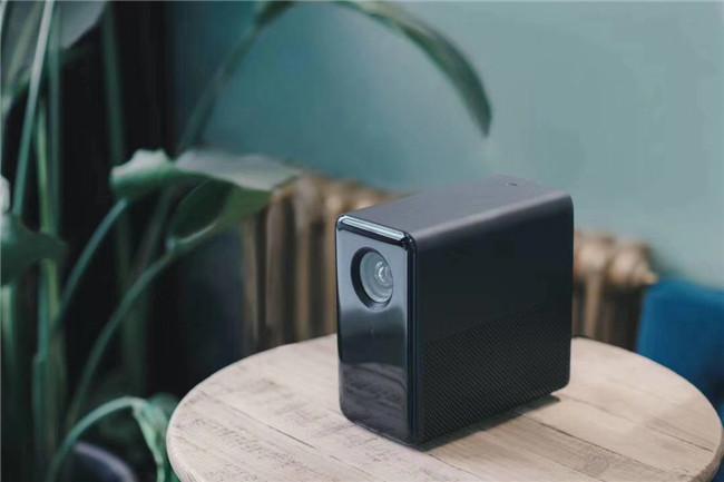 米家投影仪真机图赏:无需挂墙 3秒自动对焦 ±45°梯形校正