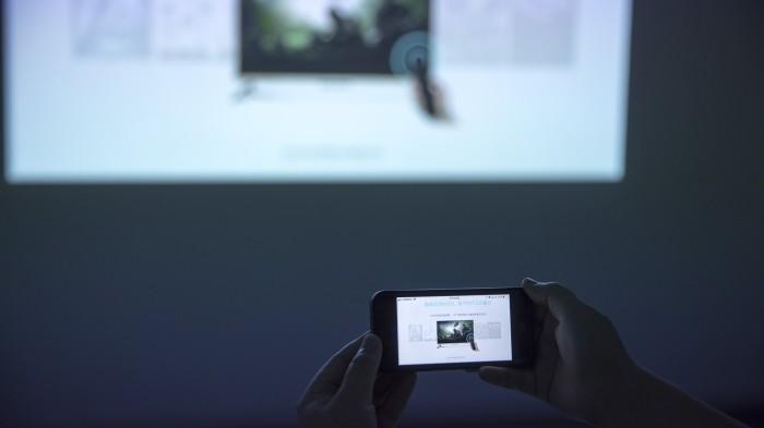 怎么把手机视频投到墙上?手机投影到墙上最简单教程!
